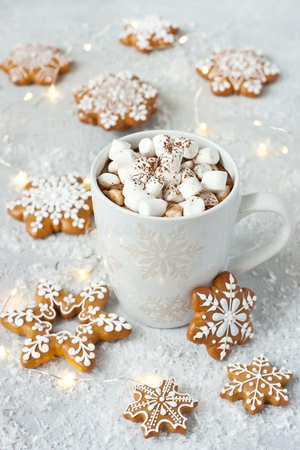 Taza llenada del chocolate caliente, de las melcochas y de las galletas del pan de jengibre imágenes de archivo libres de regalías