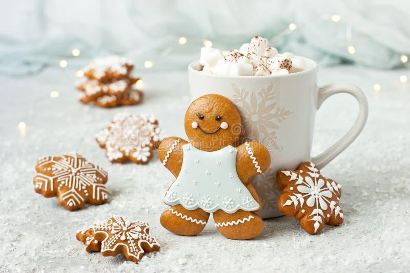 Taza llenada del chocolate caliente, de las melcochas y de las galletas del pan de jengibre foto de archivo libre de regalías