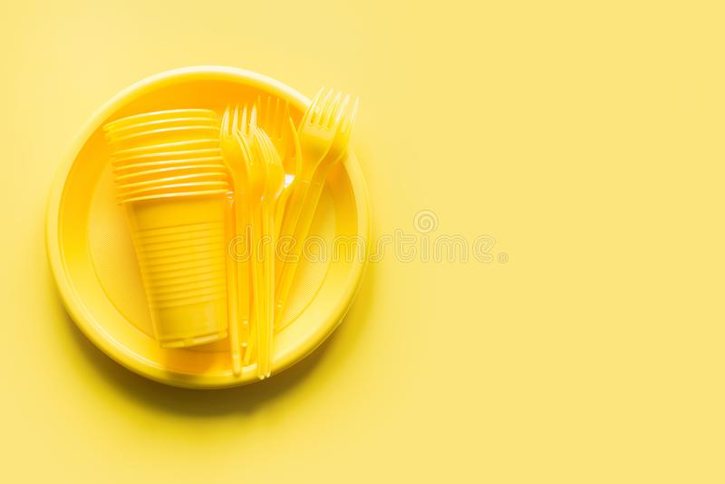 Taza no reutilizable de los utensilios de la comida campestre, bifurcación, placa en amarillo El ambiente, eco amistoso, plástico fotos de archivo