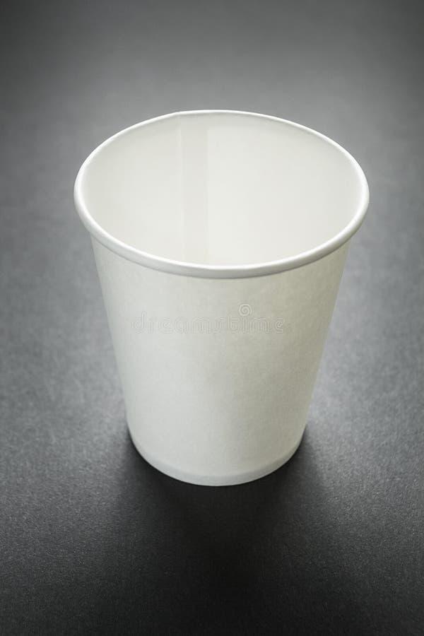 Taza para llevar vacía de café, de té o de jugo en negro, maqueta vertical fotos de archivo