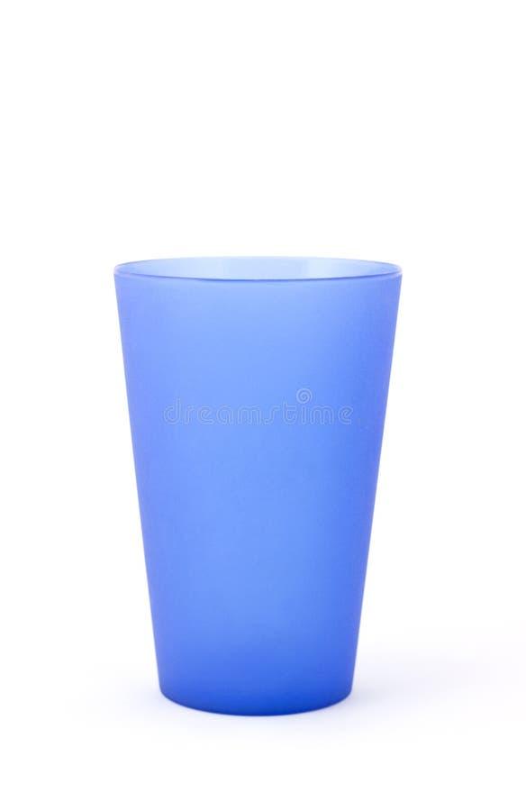 Taza plástica azul en blanco. imagenes de archivo