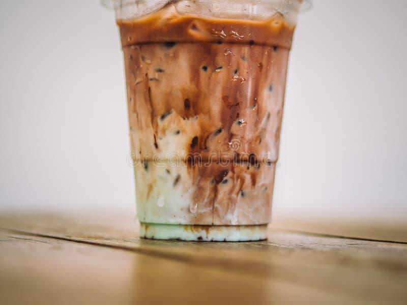 Taza plástica de leche helada del cacao con el aroma verde de la menta imagen de archivo libre de regalías