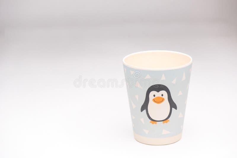Taza plástica del pingüino foto de archivo libre de regalías