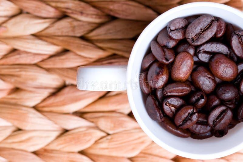 Taza por completo de granos de café imágenes de archivo libres de regalías