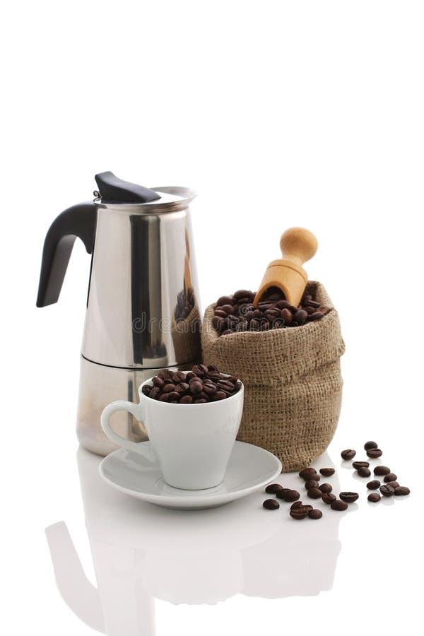 Taza por completo de granos de café imagen de archivo