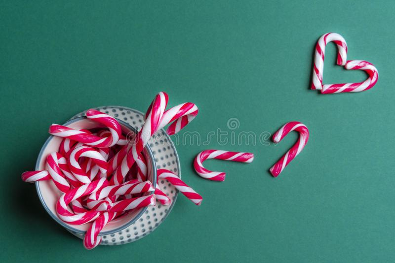 Taza por completo de mini bastones de caramelo y de un corazón foto de archivo libre de regalías