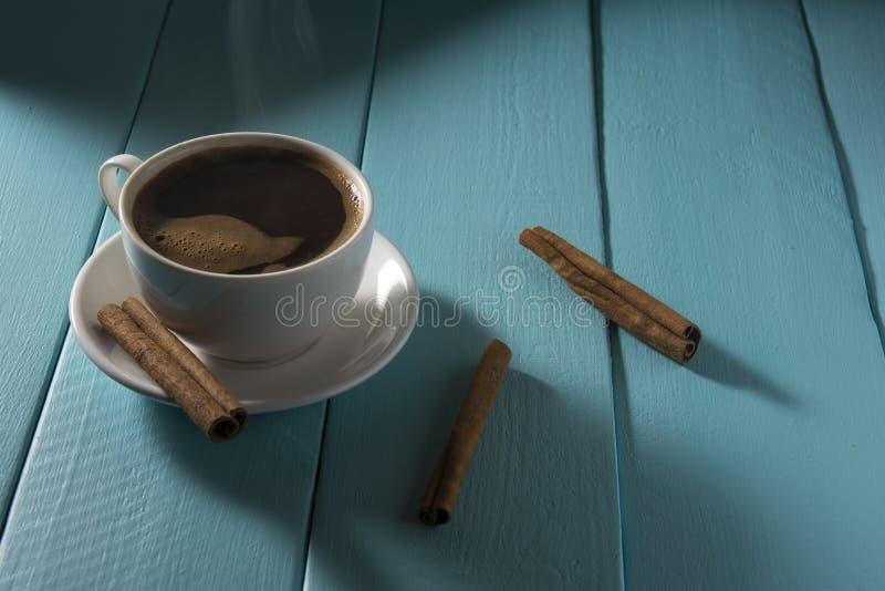Taza que fuma de café fotografía de archivo libre de regalías