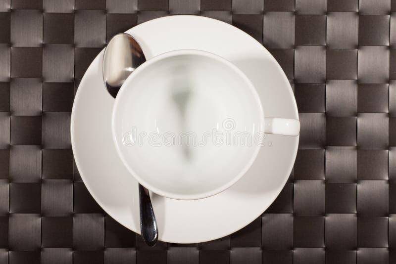 Taza redonda en un platillo fotografía de archivo