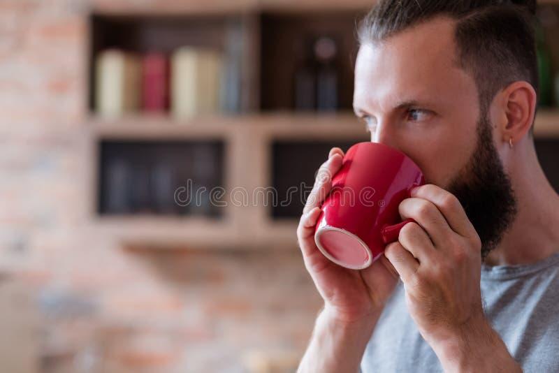 Taza relajante del rojo del hombre de la bebida del hábito del descanso para tomar café del té imágenes de archivo libres de regalías