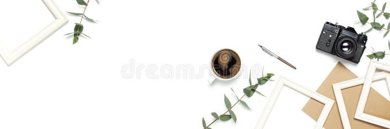 Taza retra vieja del diario del cuaderno de la cámara del marco de la foto de hojas del eucalipto de las plumas del café en el fo fotografía de archivo