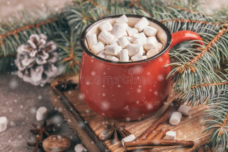 Taza roja de cacao caliente con la melcocha imagenes de archivo