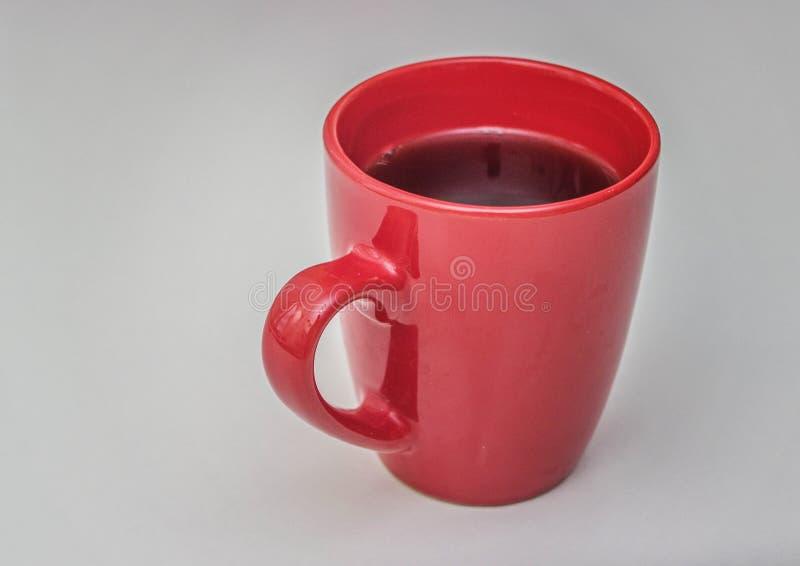 Taza roja llena de té frío fotos de archivo libres de regalías