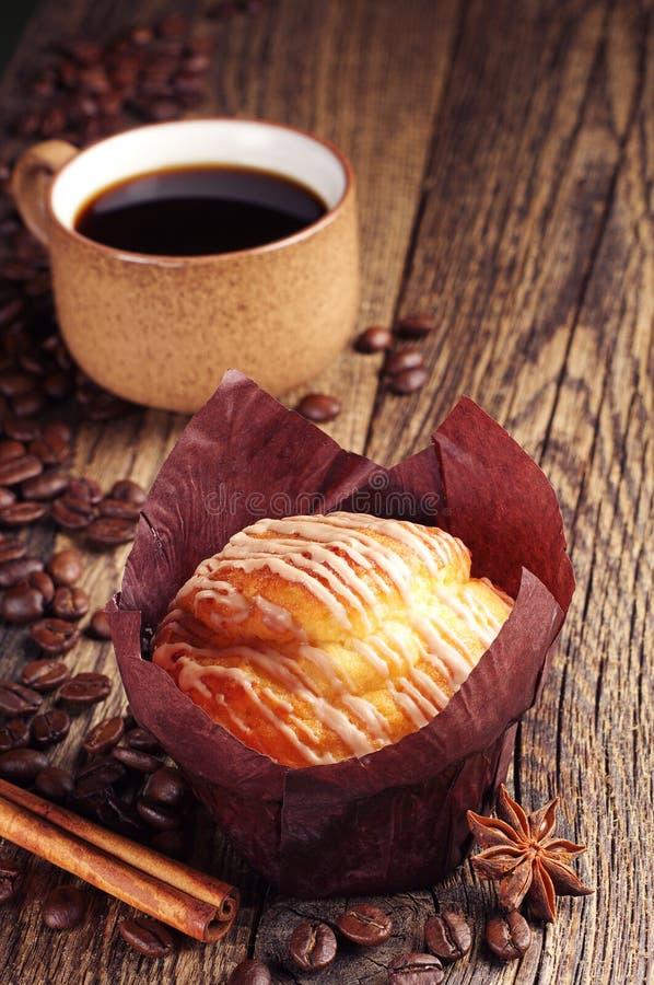 Taza sabrosa del mollete y de café foto de archivo libre de regalías