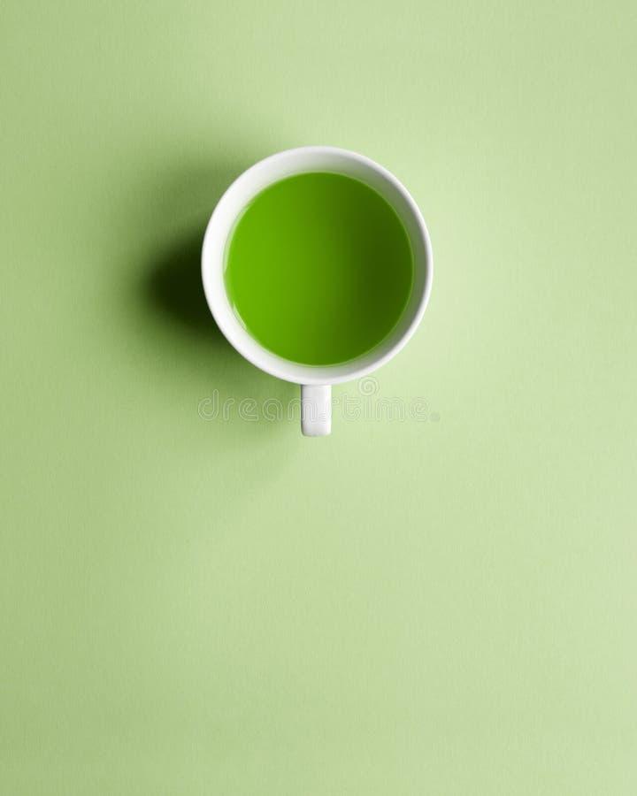 Taza verde del agua minimalism fotografía de archivo