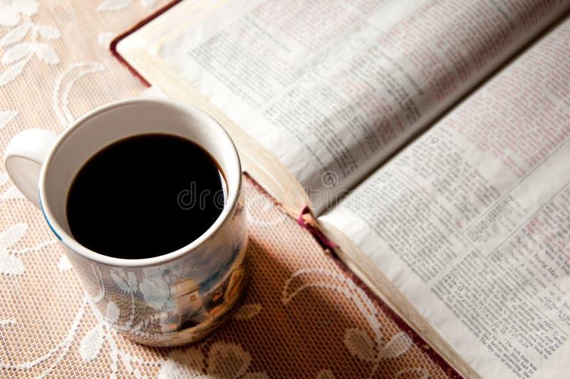 Taza y biblia de café imagenes de archivo