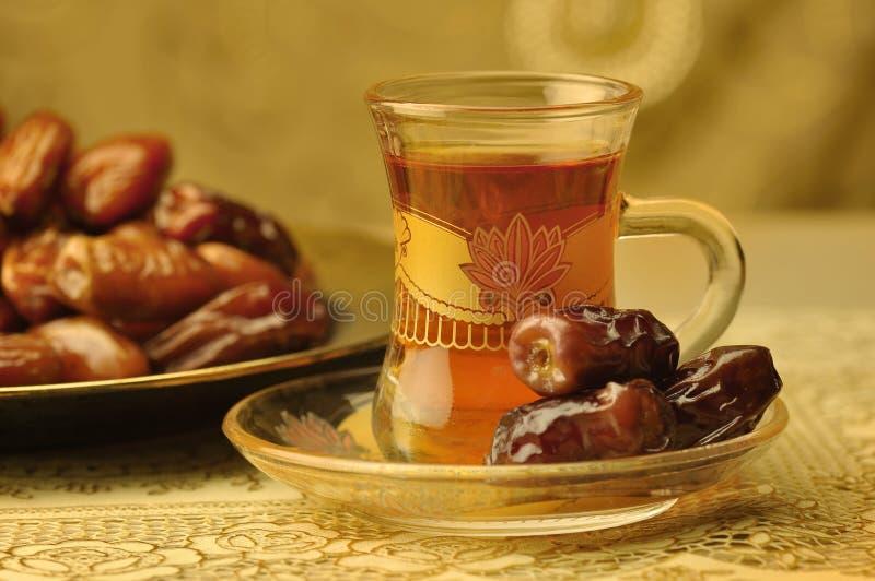Taza y fechas árabes de té foto de archivo libre de regalías