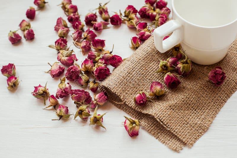 Taza y flores imagen de archivo