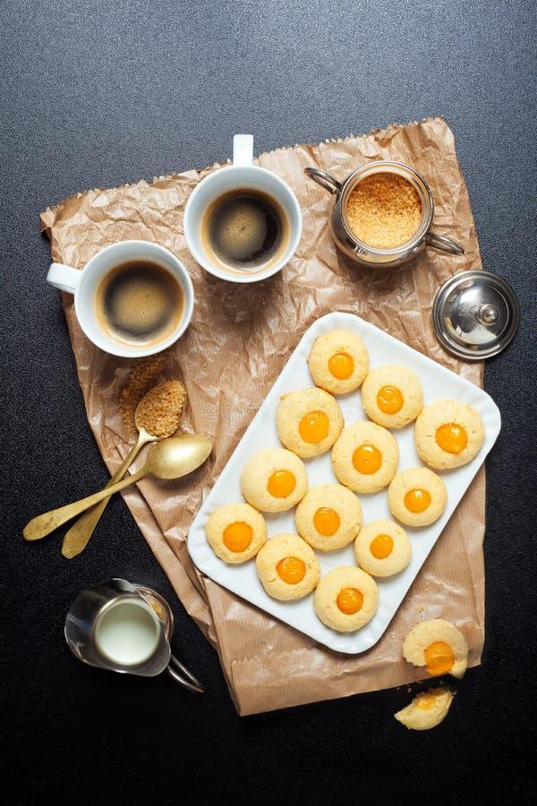 Taza y galletas de café Descanso para tomar café imagen de archivo