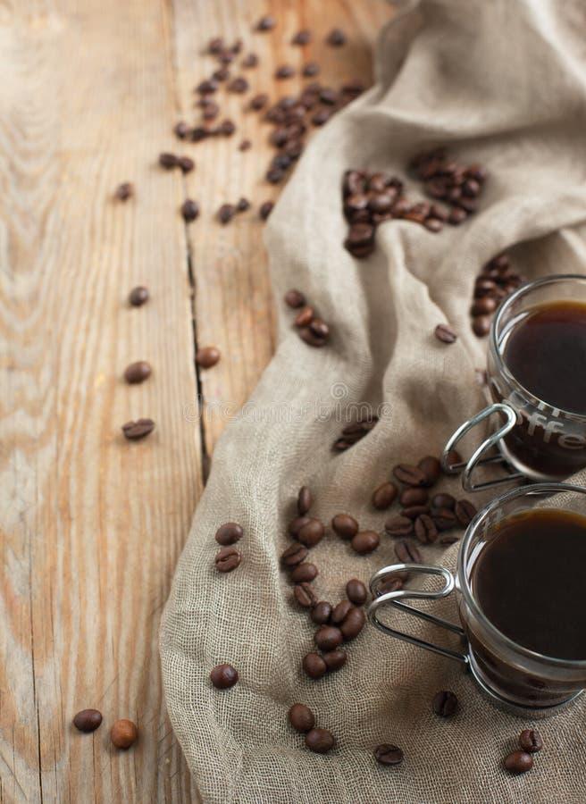 Taza y habas de café. imagen de archivo
