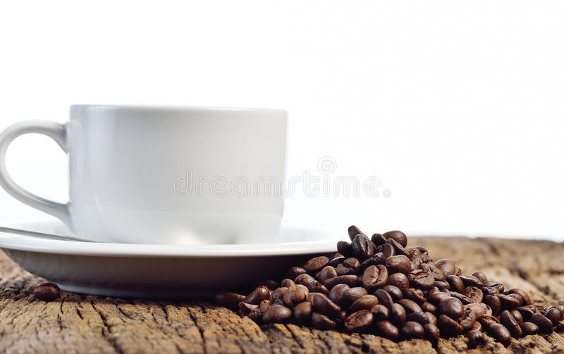Taza y habas de café en un fondo blanco fotos de archivo libres de regalías