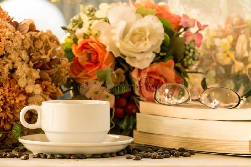 Taza y libros de café imagen de archivo libre de regalías