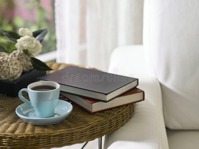 Taza y libros de té imagenes de archivo