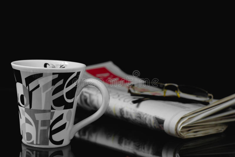 Taza y periódico de café fotos de archivo