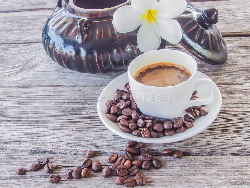 Taza y platillo de café en una tabla de madera imagen de archivo