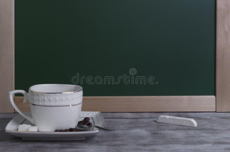 Taza y platillo fijados con café fotografía de archivo