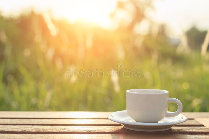 Taza y smartphone de café en la tabla por la mañana fotos de archivo libres de regalías
