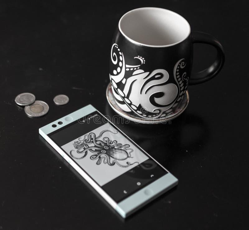 Taza y teléfono de Coffe fotografía de archivo