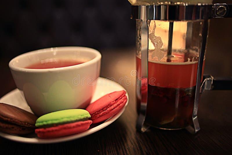 Taza y tetera en café imagenes de archivo