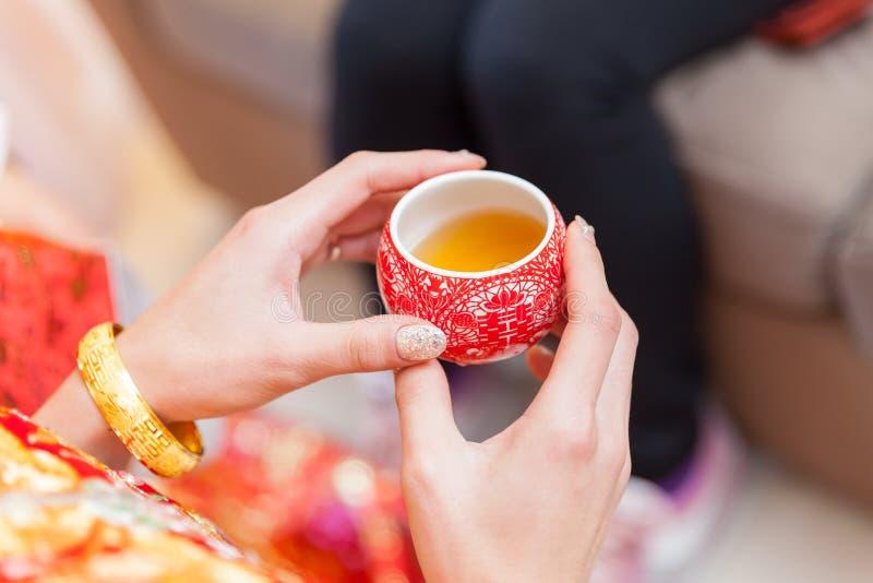 Tazas chinas de la ceremonia de té en día de boda fotografía de archivo