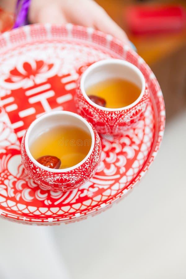 Tazas chinas de la ceremonia de té en día de boda imagen de archivo libre de regalías