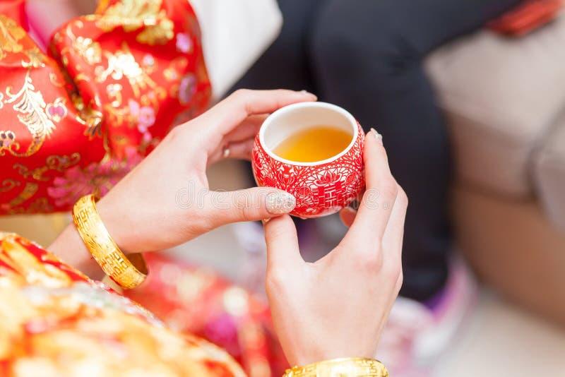 Tazas chinas de la ceremonia de té en día de boda imagen de archivo
