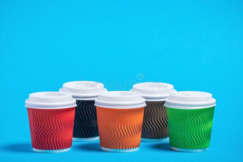 tazas coloridas de la cartulina fotografía de archivo