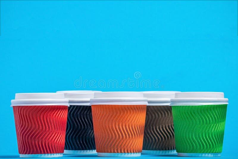 tazas coloridas de la cartulina fotos de archivo libres de regalías