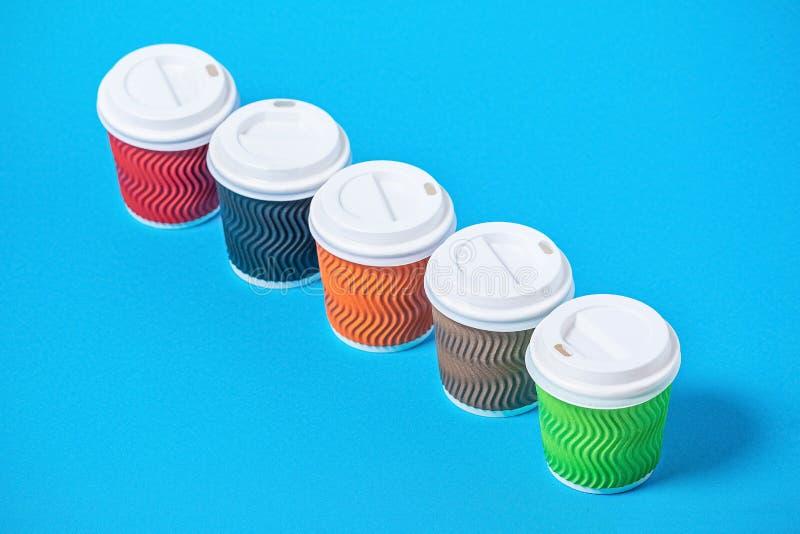 tazas coloridas de la cartulina fotos de archivo