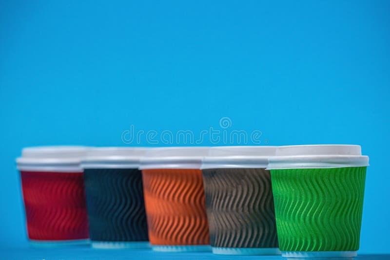 tazas coloridas de la cartulina imágenes de archivo libres de regalías