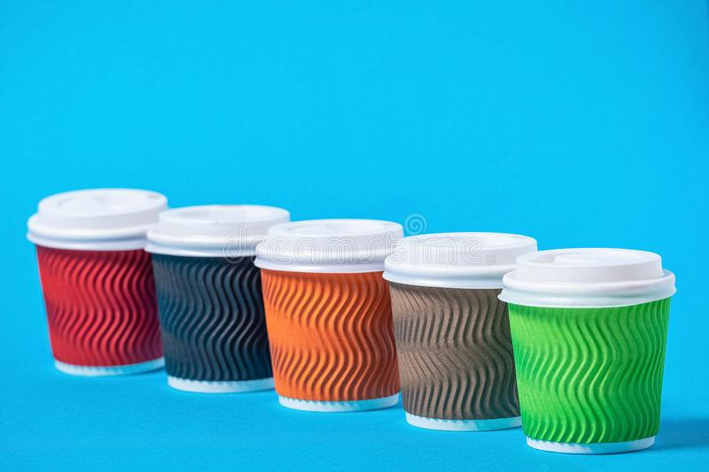 tazas coloridas de la cartulina para no reutilizable imagen de archivo