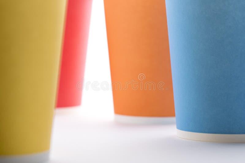 Tazas coloridas disponibles imagenes de archivo