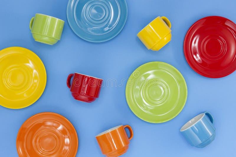 tazas de café coloridas en fondo azul foto de archivo libre de regalías