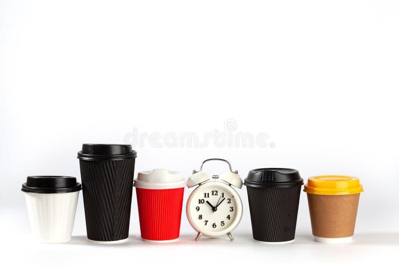 Tazas de café coloridas y despertador retro imágenes de archivo libres de regalías