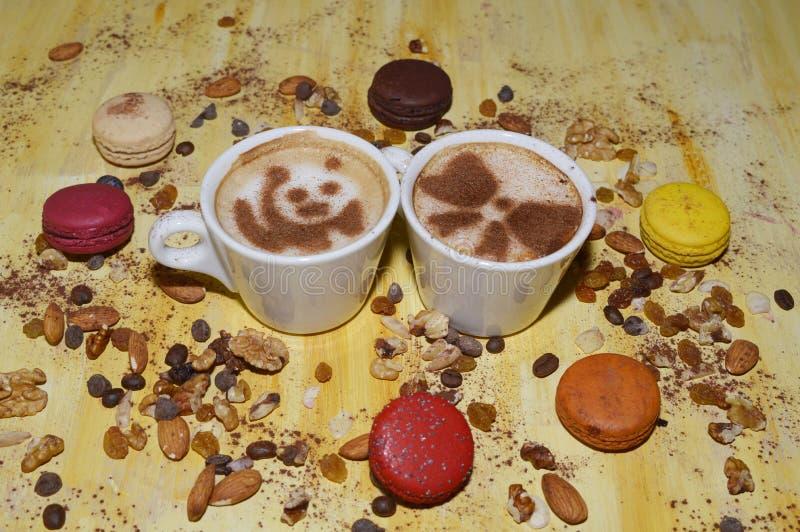 Tazas de café con las nueces, las galletas y el canela fotografía de archivo libre de regalías