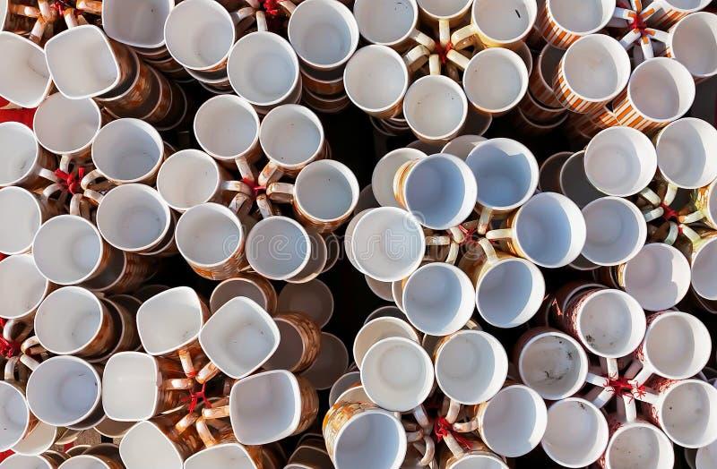 Tazas de café, tazas de diversos colores y diseños fotos de archivo