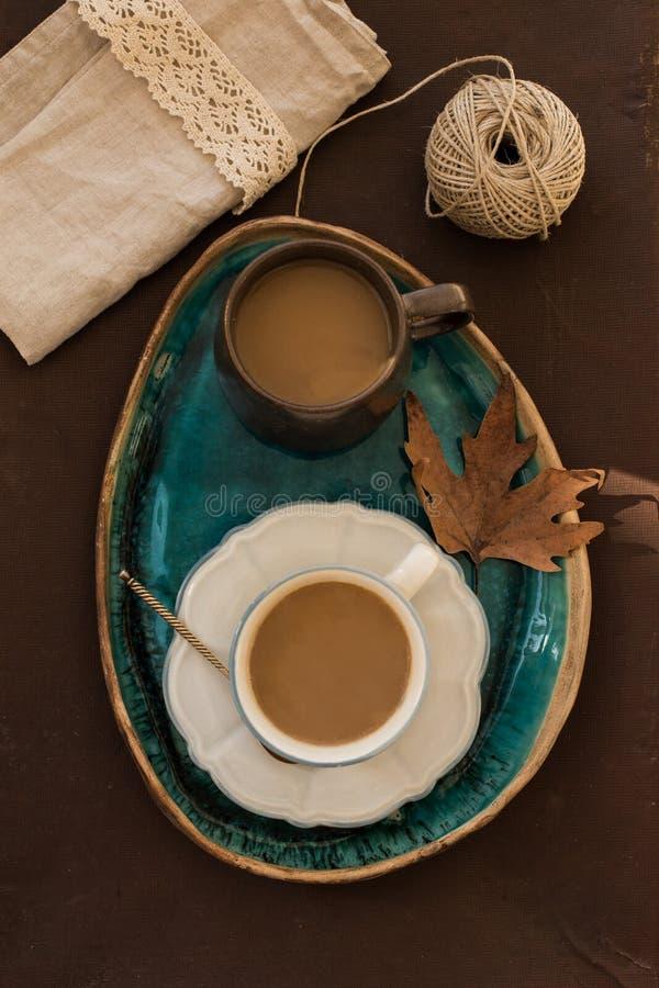 2 tazas de café en la bandeja de cerámica de la turquesa con licencia de otoño fotografía de archivo libre de regalías