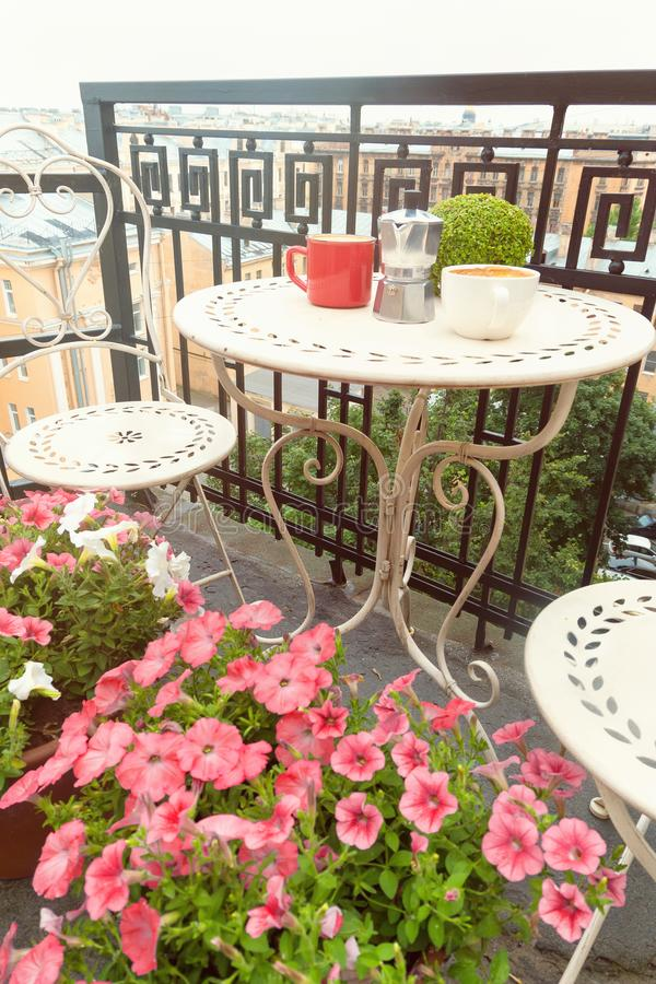 Tazas de café en la tabla en balcón romántico imágenes de archivo libres de regalías