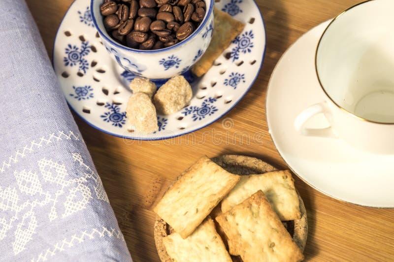 Tazas de café en un escritorio imagen de archivo
