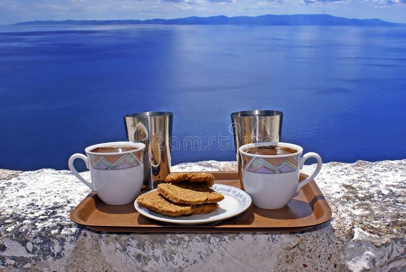 Tazas de café listas para servir contra el cielo azul foto de archivo