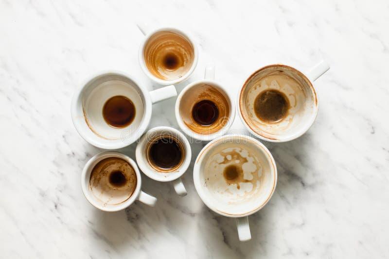 Tazas de café sucias afterparty imagen de archivo